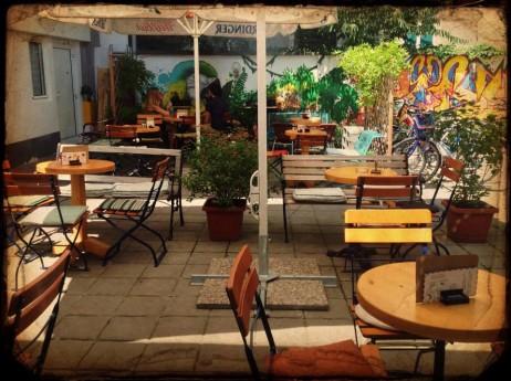 kafić u dvorištu
